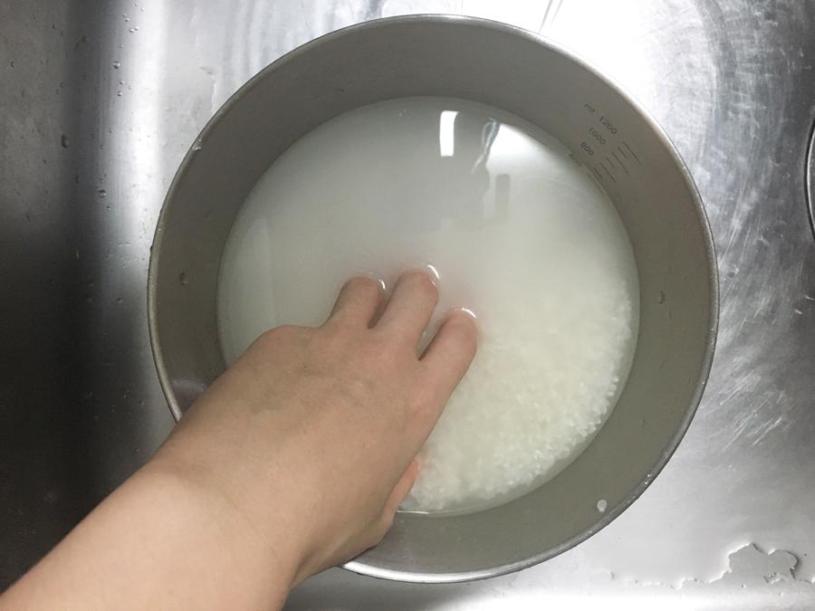 無水鍋 炊飯 お米を研ぐ