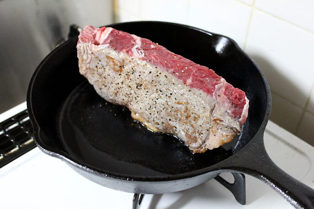 ロッジ スキレット ローストビーフ作り方 お肉に焼き色をつける