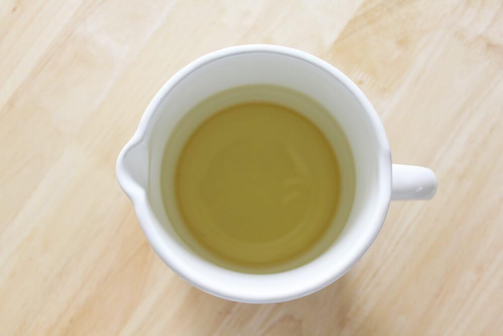 野田琺瑯 オイルポット 綺麗な油の様子